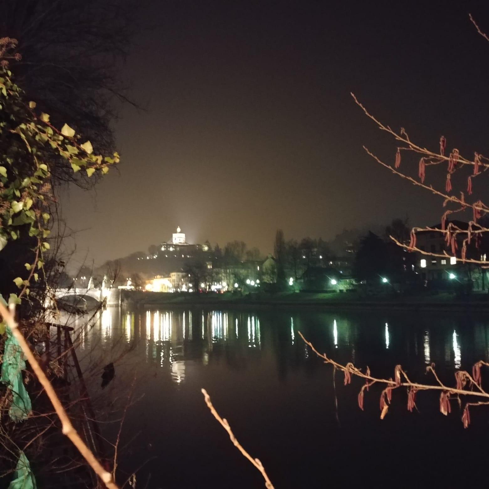 Torino, i riflessi sul Po e la vista dall'Imbarchino