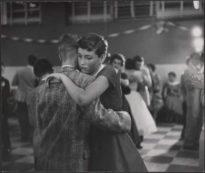 giovani ragazzi che ballano abbracciati